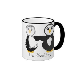El conseguir de los pingüinos casó nuestro boda taza de dos colores