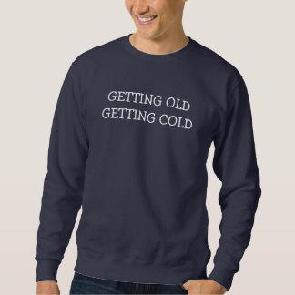 El conseguir viejo consiguiendo el frío - viejo sudadera