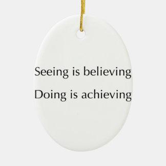 El considerar está creyendo que haciendo está adorno navideño ovalado de cerámica
