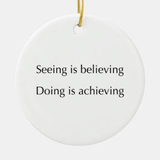 El considerar está creyendo que haciendo está adorno navideño redondo de cerámica