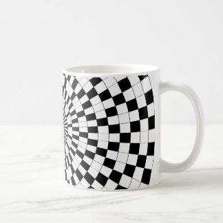 El contador tuerce en espiral la taza blanca