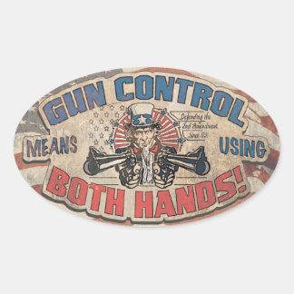 El control de armas significa dos manos retras calcomanía óval