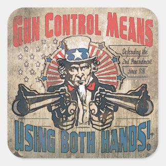El control de armas significa dos manos retras calcomanía cuadrada