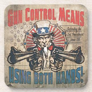 El control de armas significa dos manos retras posavasos