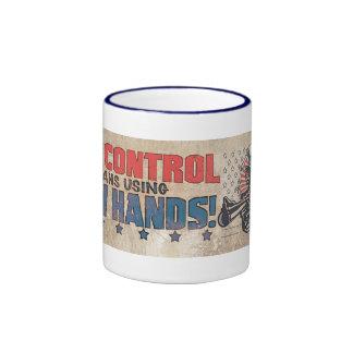 El control de armas significa dos manos retras taza de dos colores