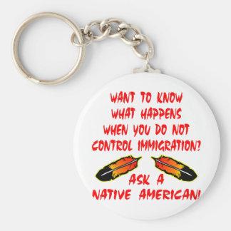 El control de la inmigración pregunta a indio del  llavero redondo tipo pin