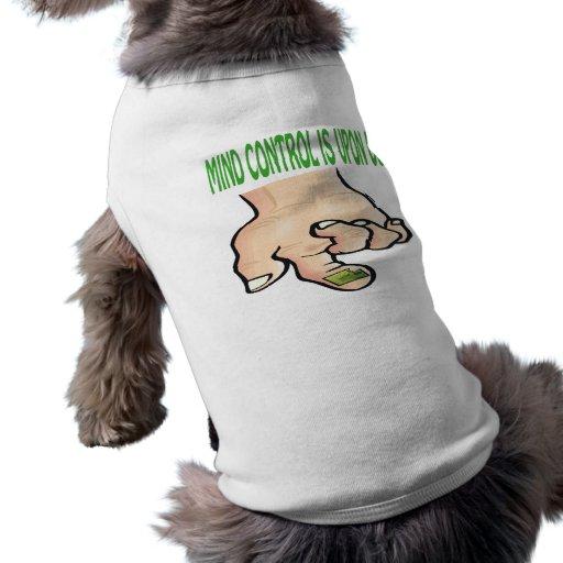 El control mental está sobre nosotros camiseta de perro