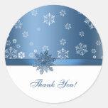 El copo de nieve azul y blanco del invierno le pegatina redonda