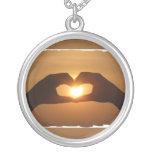 El corazón da el collar de la puesta del sol