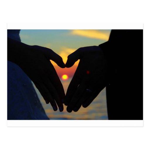 El corazón da puesta del sol postal