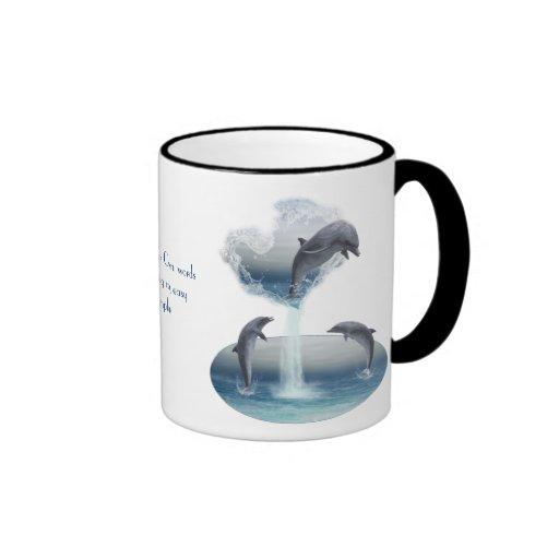 El corazón de la taza de los delfínes