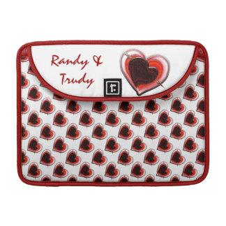El corazón del Cupid con monograma Fundas Macbook Pro