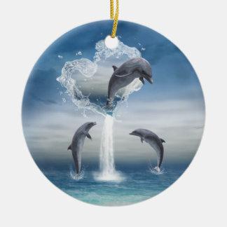 El corazón del ornamento redondo de los delfínes adornos de navidad