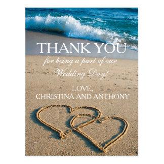 El corazón en el boda de playa de la orilla le tarjeta postal