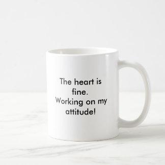 El corazón está muy bien. ¡Trabajo en mi actitud! Taza De Café