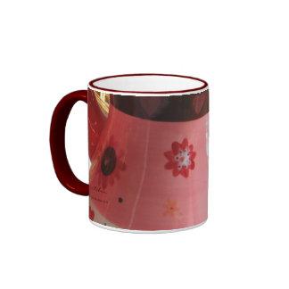 El corazón maneja el café y la taza del té cerca