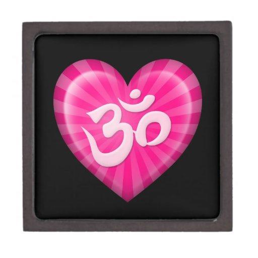 El corazón OM del amor de la yoga pica en negro Cajas De Recuerdo De Calidad