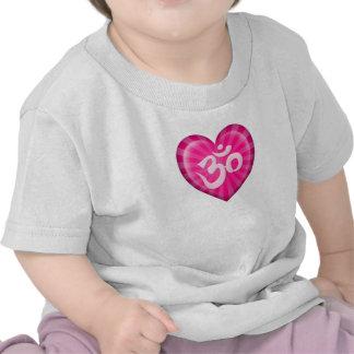 El corazón OM del amor de la yoga pica Camisetas