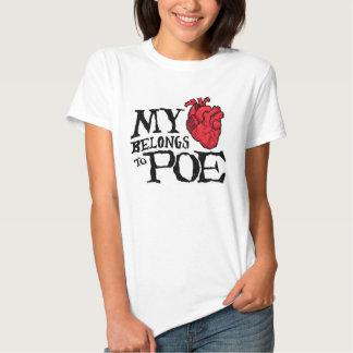 El corazón pertenece a la camiseta de las mujeres playera