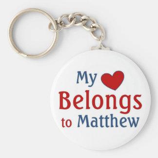 El corazón pertenece a matthew llavero redondo tipo pin