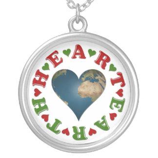 El corazón rojo es anagrama para la tierra verde collar