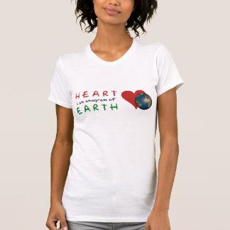 El corazón rojo es anagrama para la tierra verde camiseta