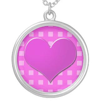 El corazón rosado en rosa comprueba el collar