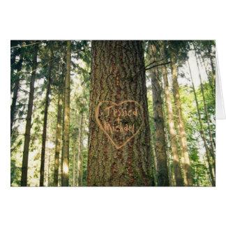 El corazón talló en tarjeta del aniversario del ár