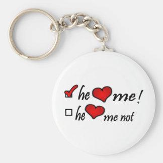 Él corazón yo con la marca de verificación en caja llavero redondo tipo pin