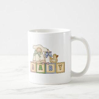 El cordero del bebé bloquea la taza