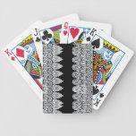 El cordón blanco forma una frontera delicada contr baraja cartas de poker