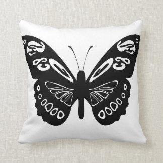El cordón blanco y negro de la mariposa se va almohada