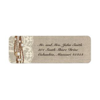 El cordón rústico de la arpillera gotea la etiquet etiqueta de remite