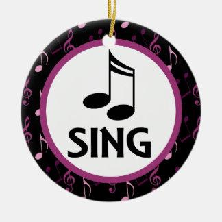 El coro canta el ornamento del recuerdo del ornato