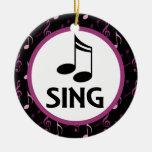 El coro canta el ornamento del recuerdo del navida ornato