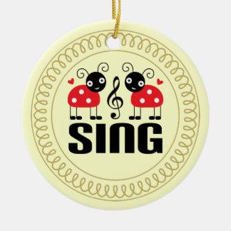 El coro canta el regalo del ornamento de la música adorno navideño redondo de cerámica