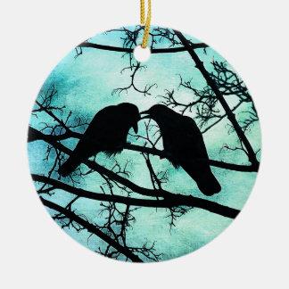 El cortejo del ornamento de los cuervos adorno redondo de cerámica
