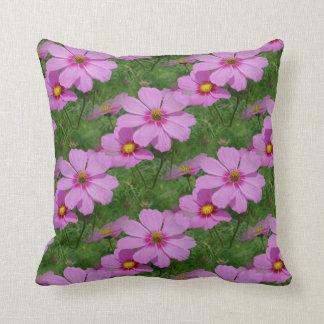 El cosmos rosado florece el modelo de la almohada