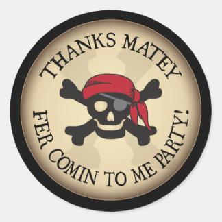 El cráneo afable del pirata de las gracias le pegatina redonda