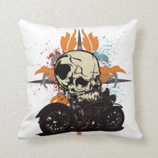 El cráneo clásico de la motocicleta con la pintura cojín