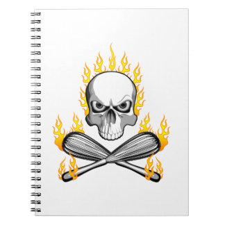 El cráneo llameante y bate libros de apuntes