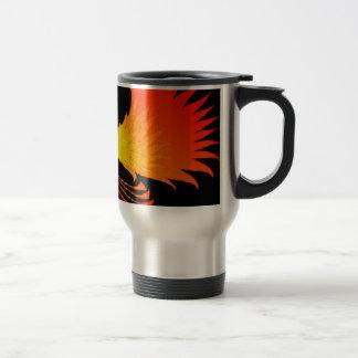 El cráneo Phoenix flamea la taza negra del viaje