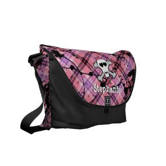 El cráneo rosado y la bandera pirata personalizaro bolsa de mensajería