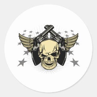 El cráneo se va volando las estrellas de los armas pegatina redonda