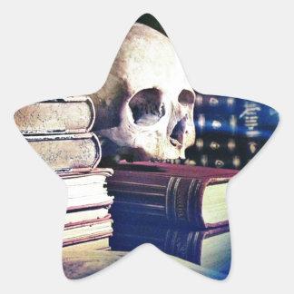 El cráneo y el encanto reservan en los regalos la calcomanía cuadrada personalizada