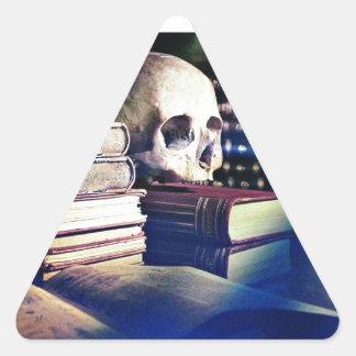 El cráneo y el encanto reservan en los regalos, la pegatina triangular