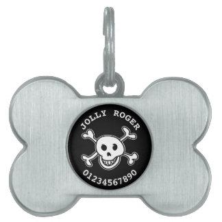 El cráneo y la bandera pirata acarician las placas de mascota