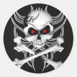 El cráneo y la bandera pirata de la muerte pegatina redonda