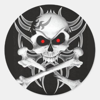 El cráneo y la bandera pirata de la muerte pegatinas redondas
