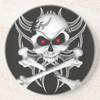 El cráneo y la bandera pirata de la muerte posavasos diseño